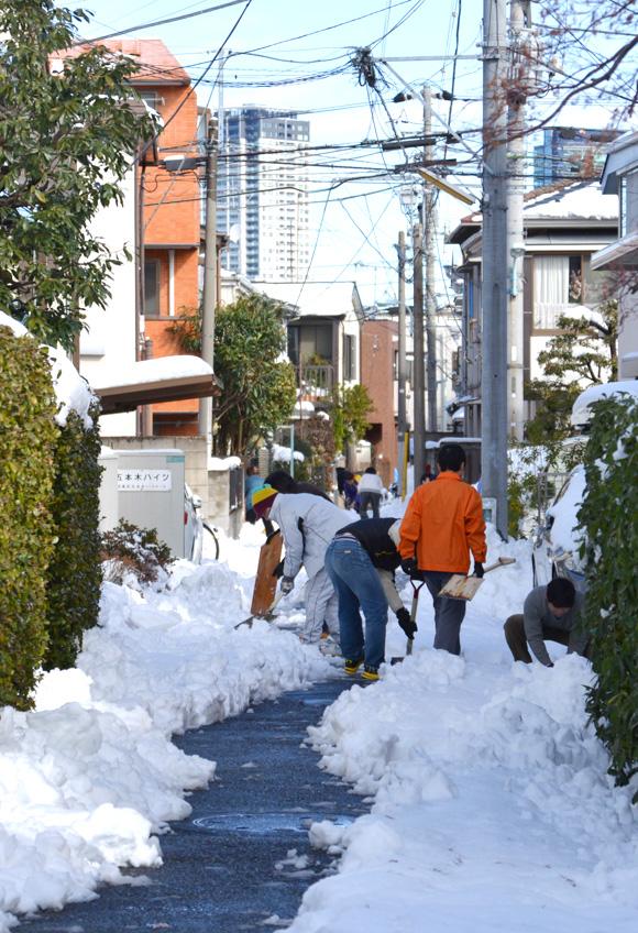 東京大雪、一夜明けてみんなで雪かき。