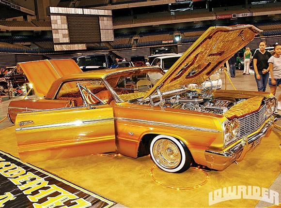 ローライダー(金ピカの車体とエンジン)