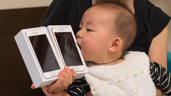 iPhone 6をさっそく食べる赤ちゃん