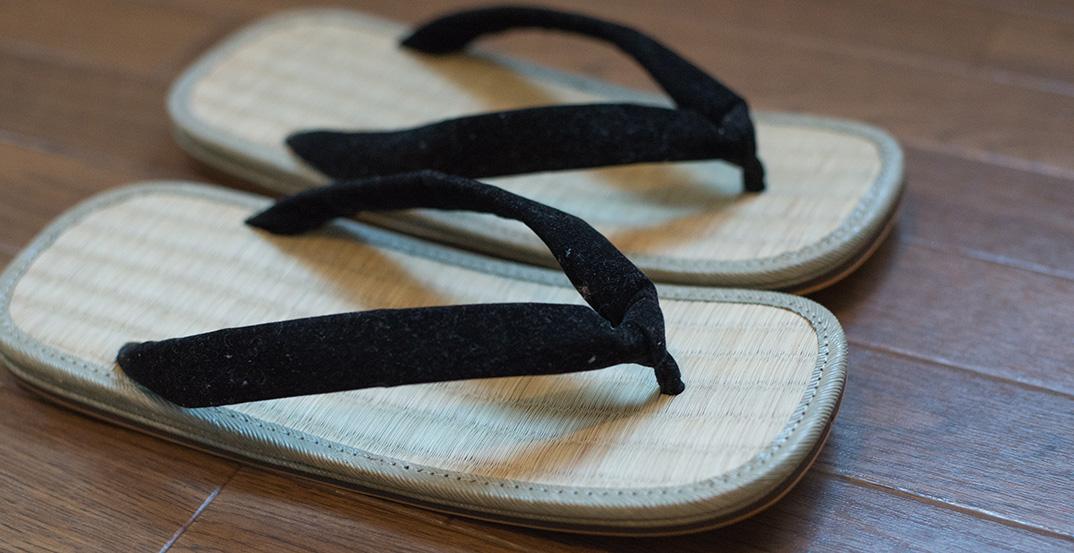 初夏はスリッパを脱いで、い草の草履にはきかえよう。もちろん裸足で!