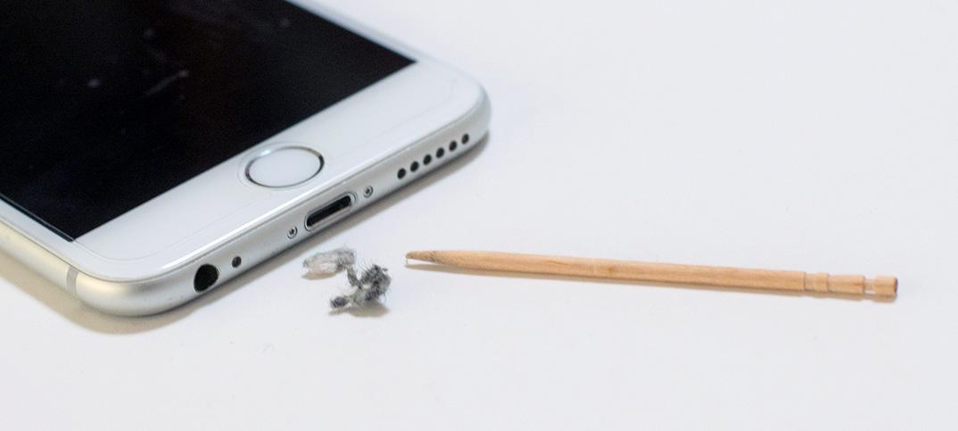 iPhone / Androidスマホが急に充電できなくなった、接触が悪い。爪楊枝一本で直す方法