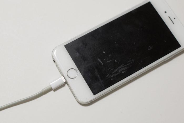 Lightning(ライトニング)ケーブルで充電中のiPhone
