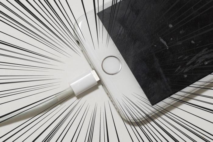 Lightning(ライトニング)ケーブルがちゃんと刺さっていないiPhone