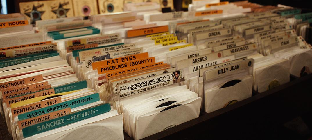 中年世代で復活したアナログレコードブームが、若者層へも波及。ジャケットをインテリアに