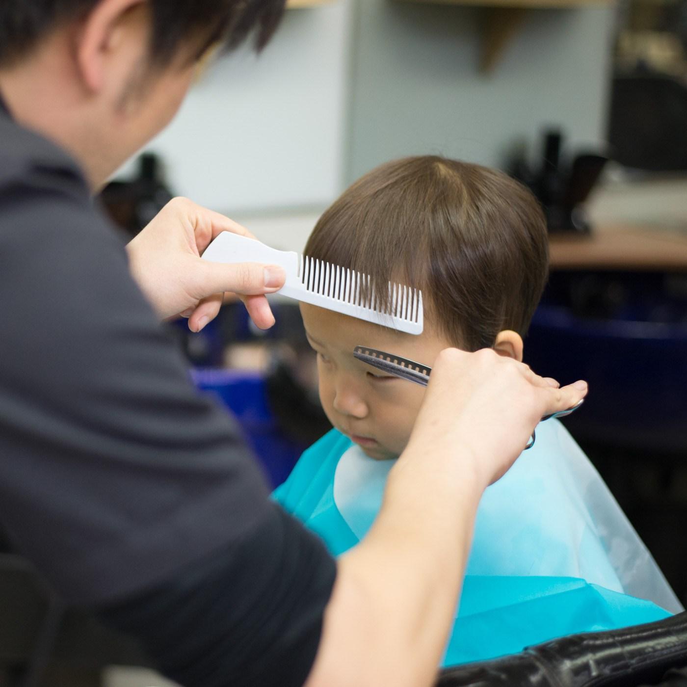 散髪中の2歳の男の子