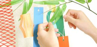 笹の葉に短冊をつける手