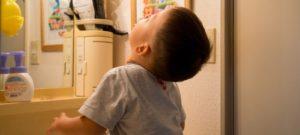 3歳の息子が真上を向いてガラガラうがい