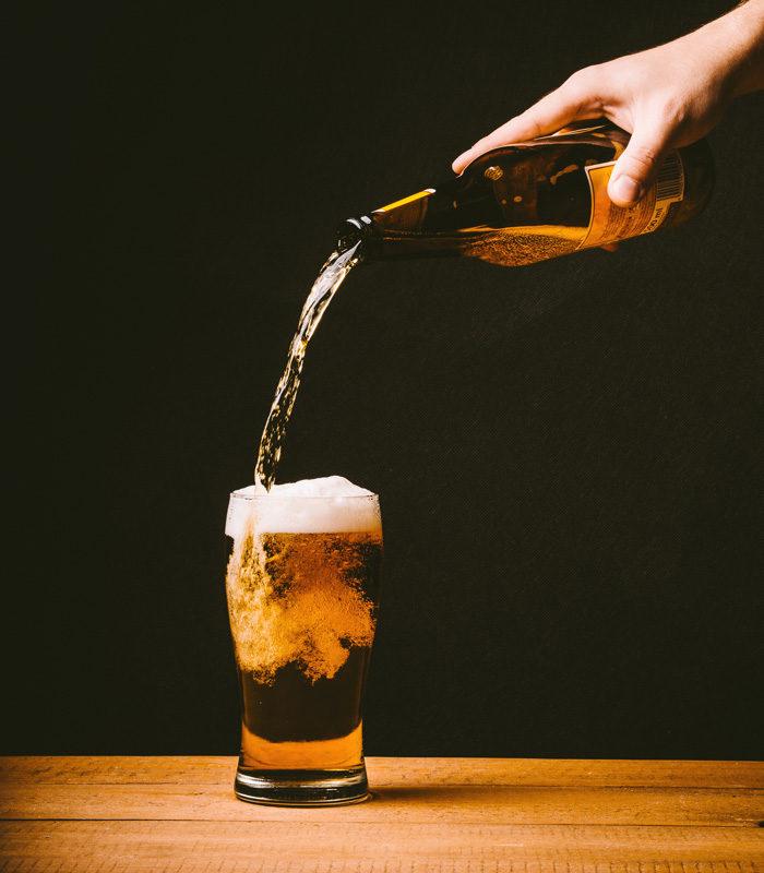 美味しそうに注がれるビール
