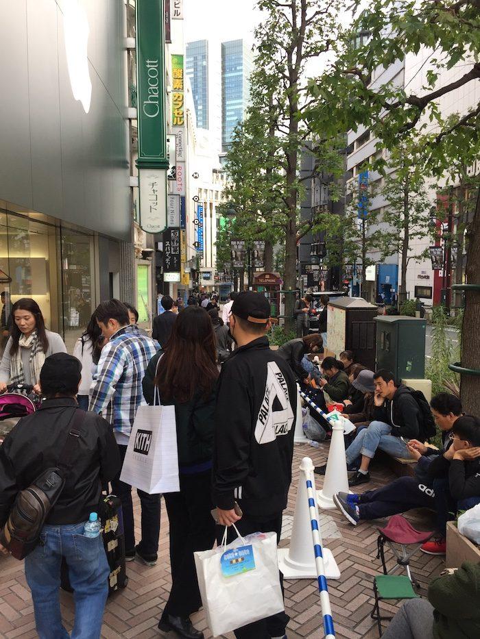 Apple Store Shibuya前の大行列! iPhone X当日発売狙いに並ぶ人たち