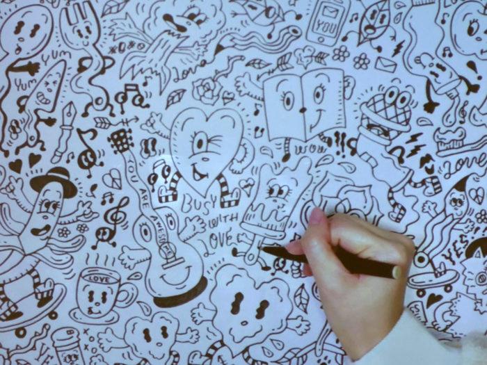 Chocomooさんが実際に絵を描いているところ