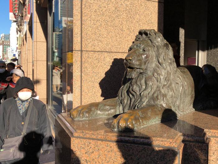 銀座三越前の銅像(ライオン像)