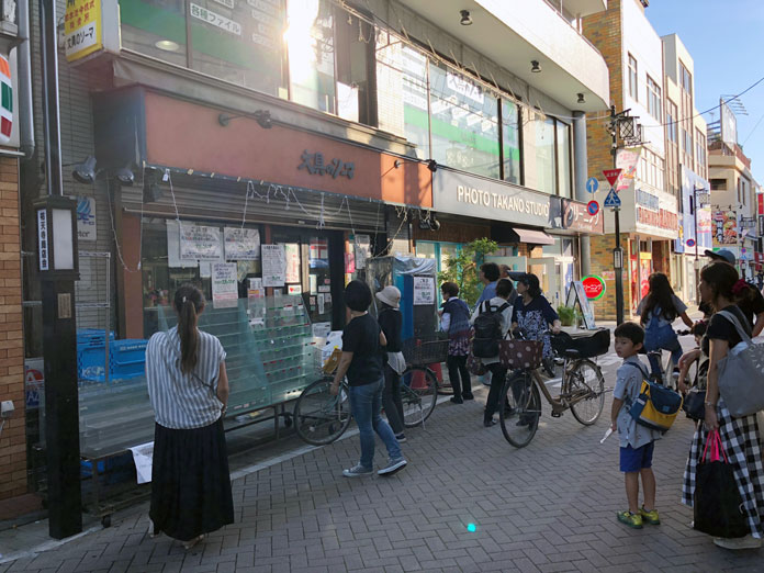 文具のソーマ 閉店したお店に集まる人々