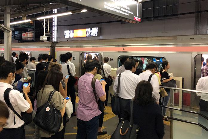 帰宅中のサラリーマン(東急東横線 中目黒駅)