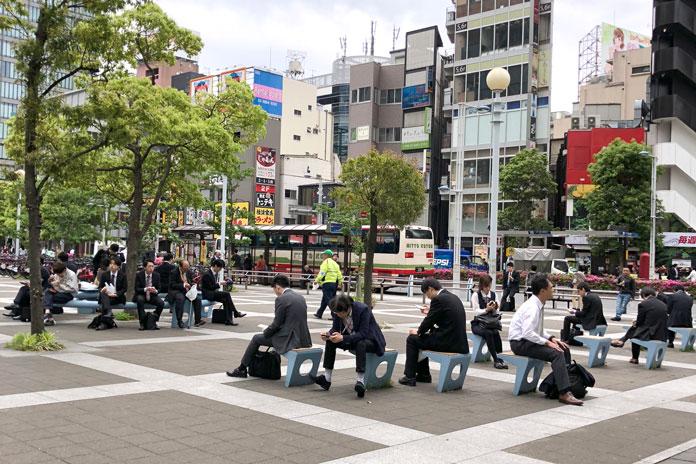 昼休みにくつろぐサラリーマン(品川駅前)