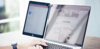 ノートパソコンでブログを書いているブロガー