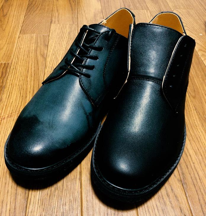 防水スプレーで白くなった黒の合皮靴