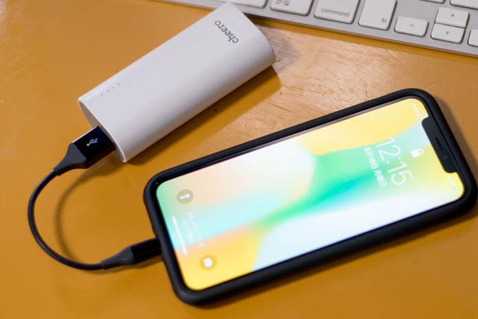 Amazonベーシック ライトニングケーブル USBと、モバイルバッテリーをつないでいる