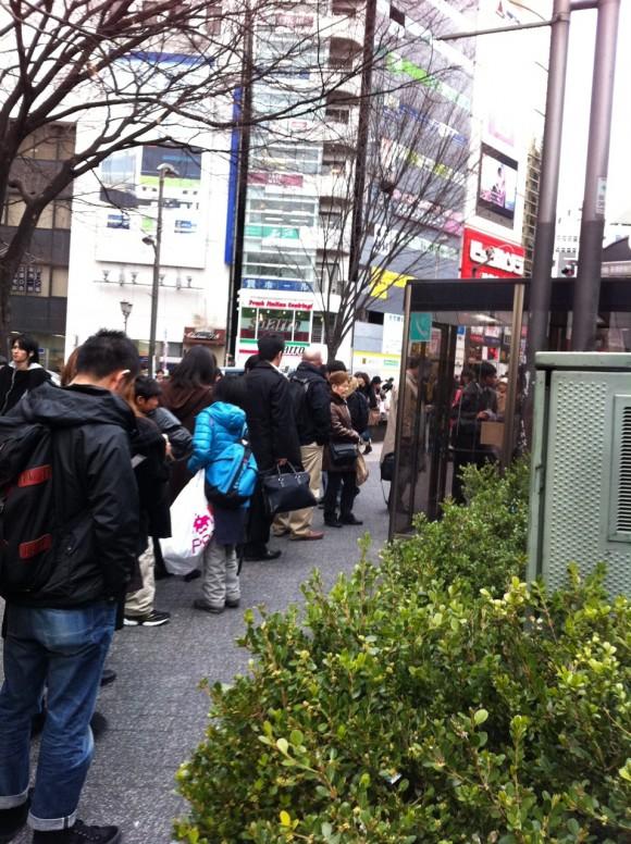 渋谷駅東口「宮益坂交差点」そばの公衆電話