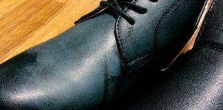 合皮の靴が、防水スプレーで真っ白に