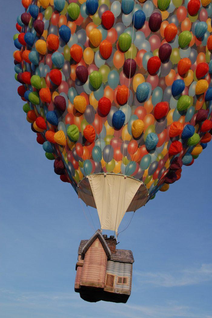空に浮かび上がっていく気球