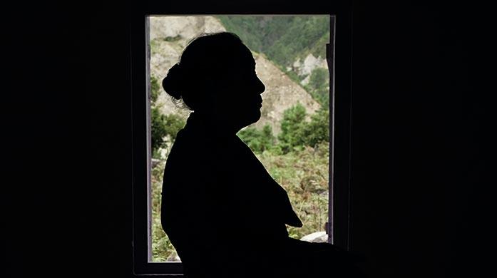 明るい窓と、真っ暗になった人のシルエット