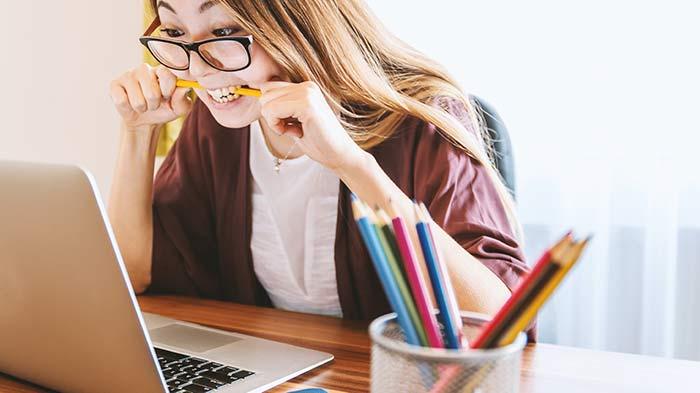 なりきってパソコンで記事を書く女性ライター